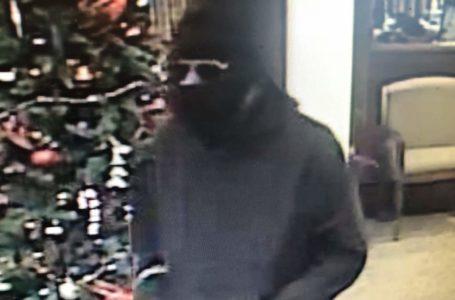 Policía busca hombre por robo a mano armada
