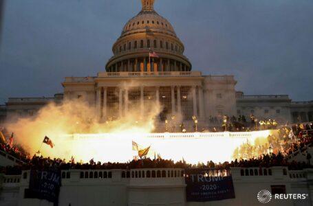 Manifestantes asaltan el Capitolio de los Estados Unidos mientras el Congreso debate las objeciones del Colegio Electoral