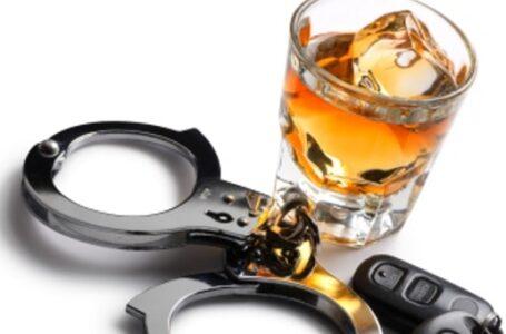 Doble arresto por múltiples cargos de manejar bajo la influencia