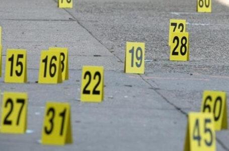 Mas de 55 casquillos de bala en la escena de un tiroteo cual  dejo a una mujer muerta
