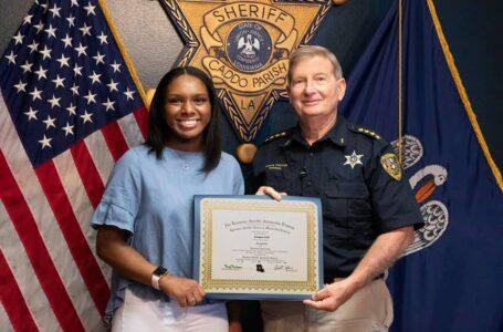 Alumna graduada de C.E. Byrd High School recibe la beca Caddo Sheriff