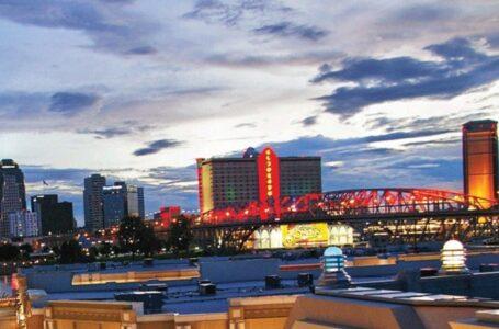 La instalación del luces en el puente Long-Allen (conocido como el puente Texas Street) comienza en septiembre